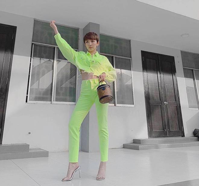 Tóc Tiên cũng rất chăm chỉ bắt trend, nếu khi xuống phố là một outfit với quần ôm tôn dáng…