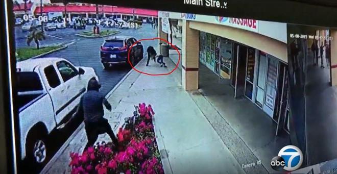 Bà Nga bị tên cướp giật túi xách và kéo lê trên vỉa hè ngày 9/5 trong video thu được từ camera an ninh tại trung tâm thương mại Garden Grove Plaza, ở thành phố Garden Grove, bang California, Mỹ. Ảnh: ABC7/Ảnh chụp màn hình.