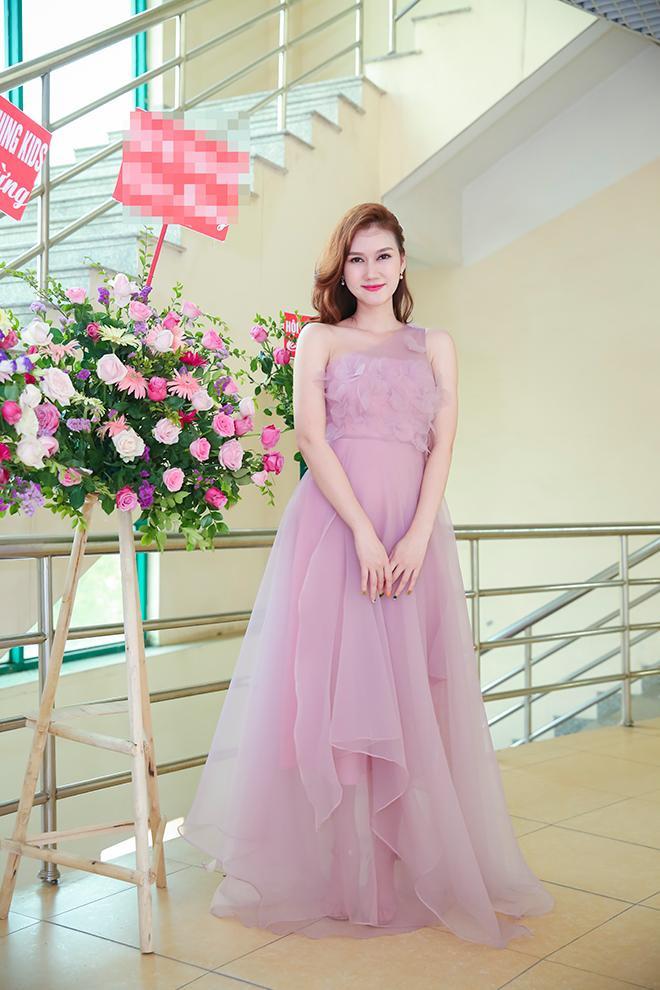 Người đẹp Hương Giang điệu đà với tone màu pastel