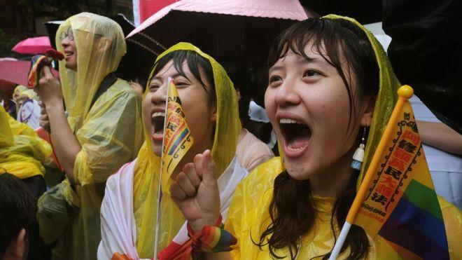 Nhiều người bất chấp mưa lớn tập trung bên ngoàinhà quốc hội ở Đài Bắc để chờ kết quả về dự luật hợp pháp hóa hôn nhân đồng giới.