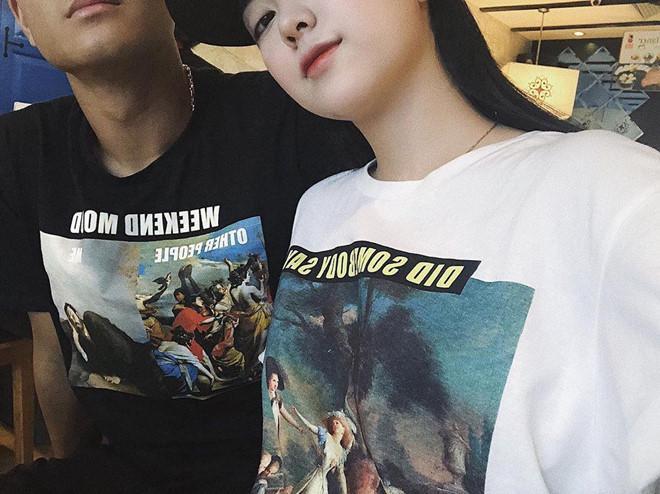 Bức ảnh mặc áo đôi đen - trắng được bạn gái Hà Đức Chinh đăng tải trên instagram.