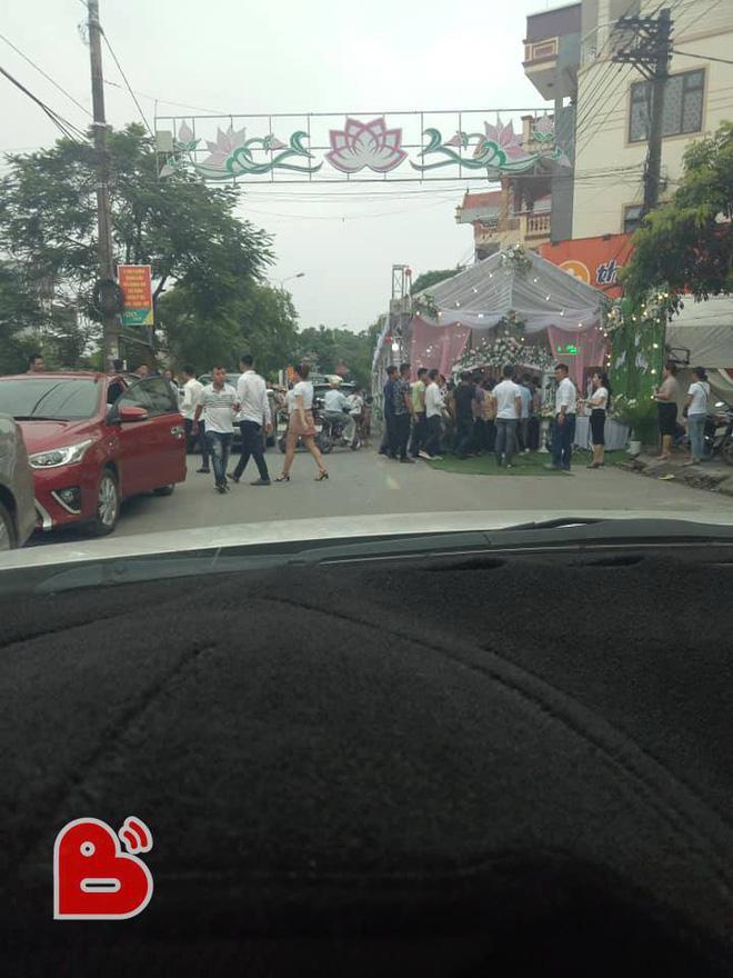 Phần đường bị rạp đám cưới lấn chiếm khiến các phương tiện giao thông gặp nhiều khó khăn khi lưu thông qua đây.