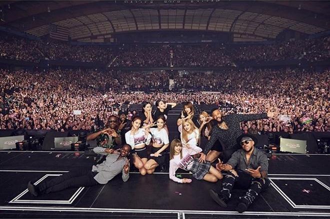 BlackPink cùng các khán giả trong đêm diễn ngày 24/4 tại Allstate Area, Chicago.