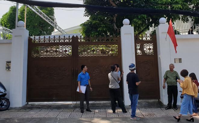 Căn biệt thựcủa bà Lê Hoàng Diệp Thảo đóng kín cửa, đoàn thi hành án không thể cưỡng chế.