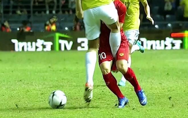 Tiền đạo số 10 của ĐT Việt Nam đau đớn nằm sân… nhưng Pansa chỉ phải nhận một thẻ vàng.