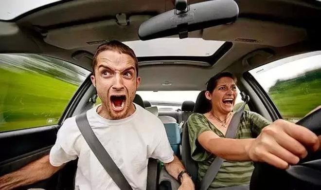 Có một điều gây tranh cãi không biết bao giờ mới có hồi kết, ấy là đàn ông hay phụ nữ lái xe tốt hơn?