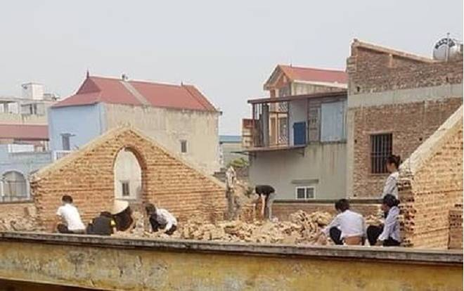 Nhiều em học sinh bị phạt đi đẽo gạch giữa trưa nắng trên mái nhà.