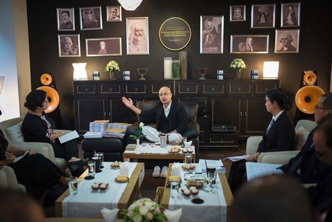 Ông Vũ trong buổi gặp mặt báo chí.