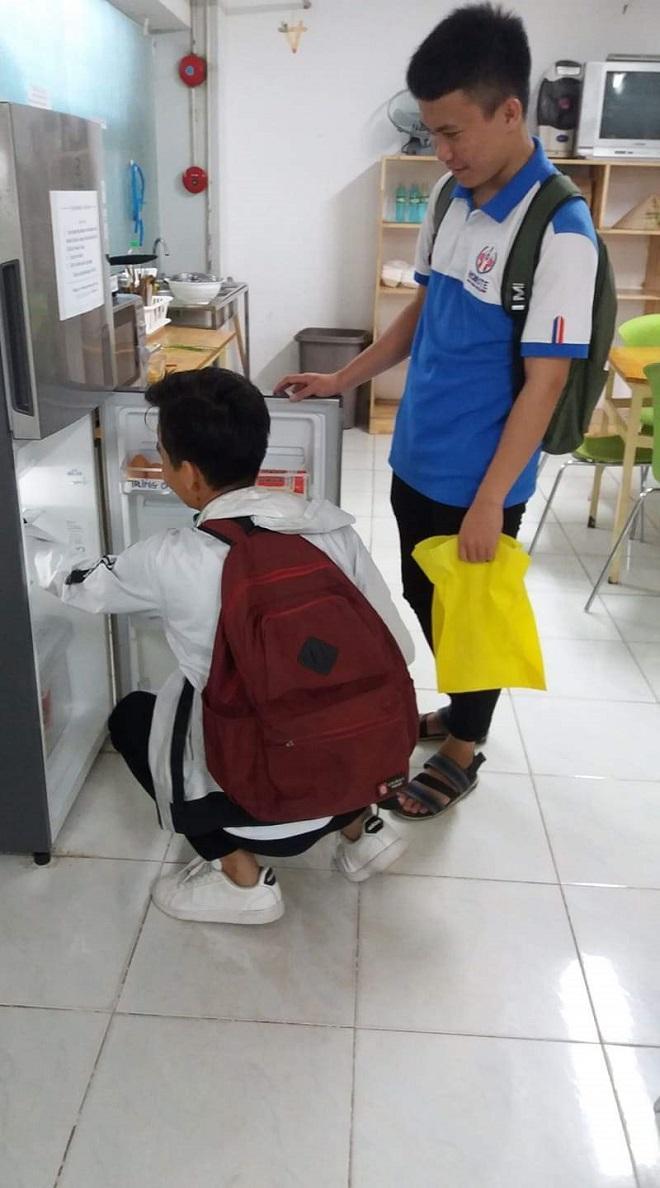 """Các sinh viên tranh thủ sau giờ học đến """"Góc chia sẻ UTE"""" lấy thực phẩm để nấu nướng."""