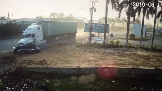 Xe container tông trực diện vào ô tô con khiến 5 người thương vong. Ảnh: báo Thanh Niên.