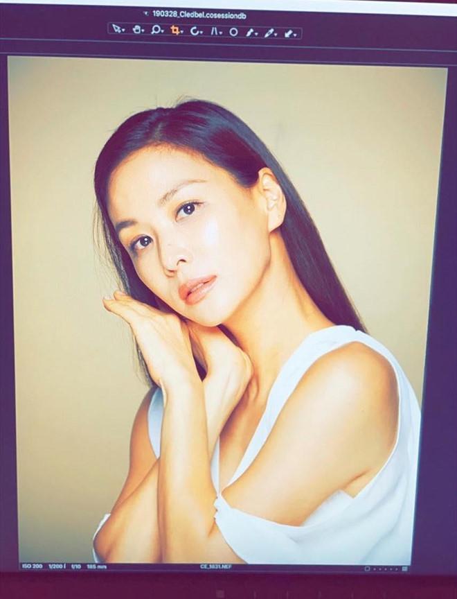 Tuy đã 47 tuổi nhưng nhan sắc của Go So Young lại không hề có dấu hiệu lão hóa, làn da vẫn căng bóng và gương mặt không hề xuất hiện nếp nhăn