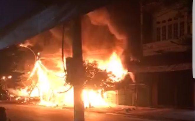 Ngọn lửa bốc lên vào khoảng 1h ngày 24/6 và nhanh chóng lan rộng. Ảnh: Nhịp Sống Việt