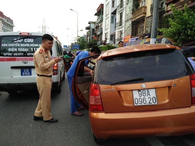 Nguyên nhân ban đầu khiến xe ô tô mất lái lao lên vỉa hè được cho là do 2 thanh niên bị sốc nhiệt