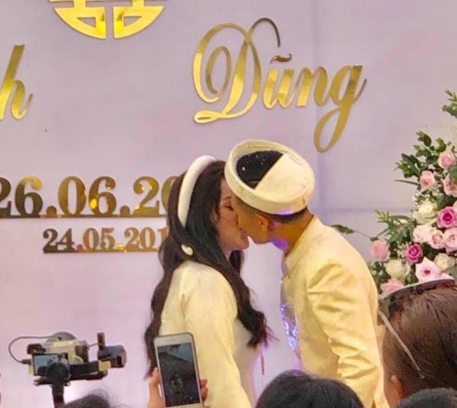 Cặp đôi hôn nhau say đắm như quên hết thế gian