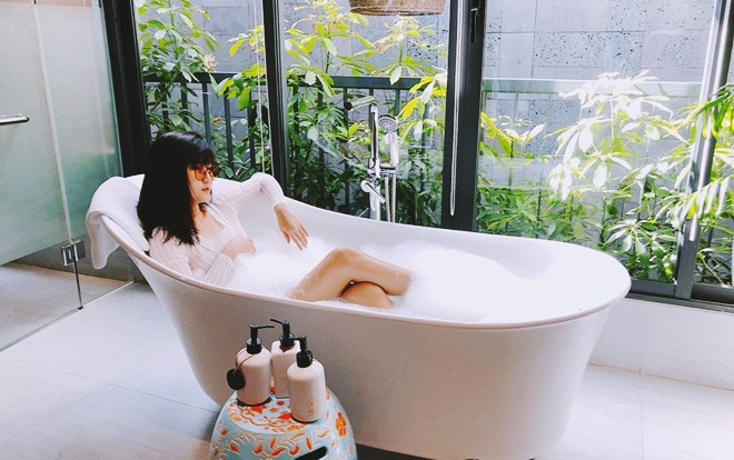 Huy Hùng và Thuỳ Dương đã có 4 năm mặn nồng bên nhau. Nhờ sự nổi tiếng của bạn trai, Thùy Dương đang ăn nên làm ra với công việc kinh doanh online các sản phẩm làm đẹp của mình.