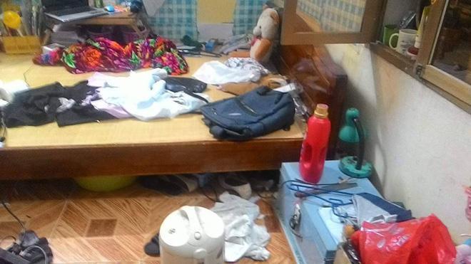 Cặp sách, quần áo bị vứt lung tung khắp sàn nhà.
