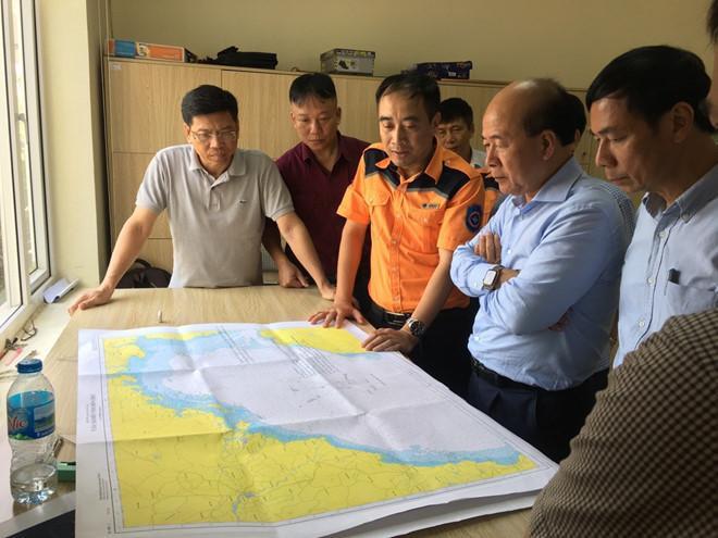 Ông Nguyễn Văn Công, Thứ trưởng Bộ Giao thông vận tải kiểm tra, chỉ đạo việc tìm kiếm các ngư dân mất tích. Ảnh: báo Thanh Niên.