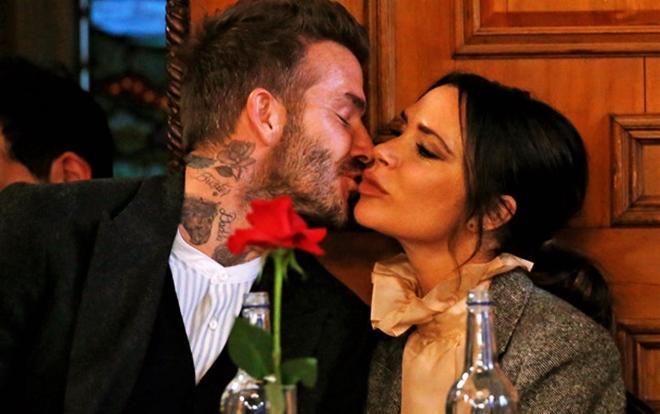 Cùng là những cặp vợ chồng được yêu mến, thế nhưng cặp đôi Song Song ly hôn trong nước mắt. Trong khi đó, hai thập kỷ trôi qua, David và Victoria Beckham vẫn luôn hạnh phúc bên nhau. Họ cùng nhau dựng nên một gia đình được coi là hoàng gia của giới giải trí.