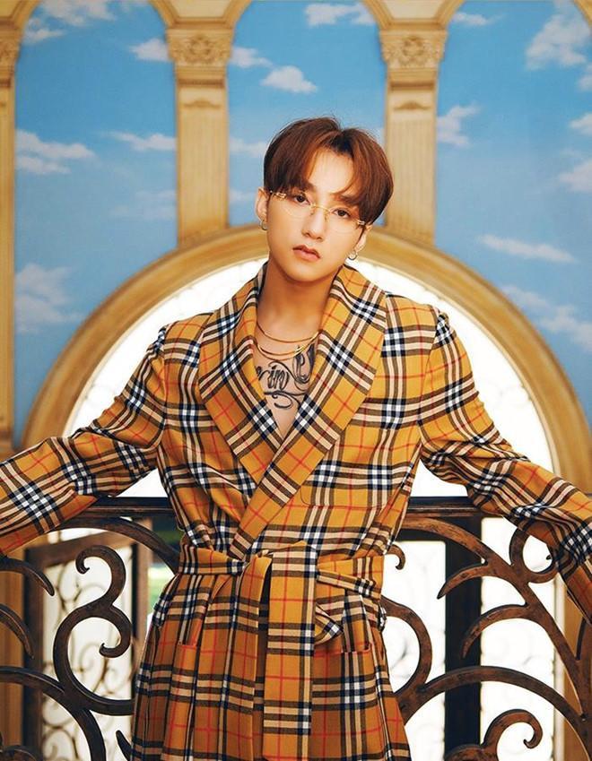 Chiếc áo khoác dáng dài kẻ ô kinh điển của Buberry từng được Mino (Winner) diện với giá hơn 2.500 USD (khoảng 57 triệu đồng).