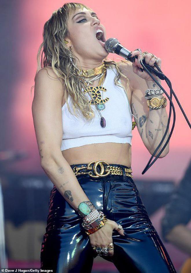 Hình ảnh nổi loạn của Miley trên sân khấu.