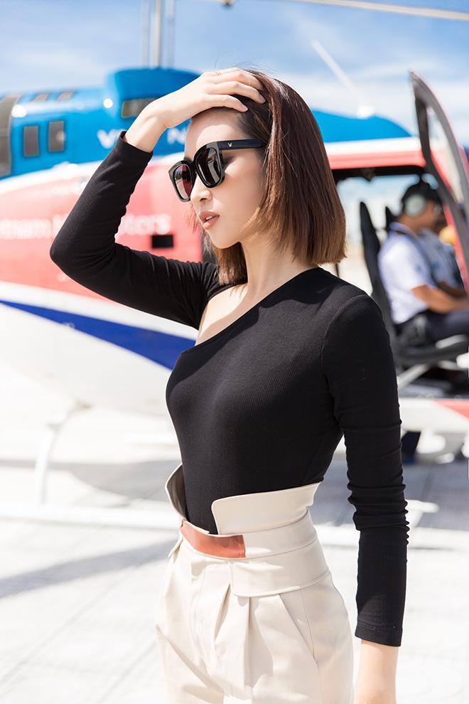 Cô khoe khéo vòng eo thon với chiếc áo thun đen