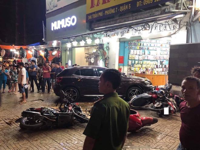 Khi đến gần giao lộ Trần Phú - Nguyễn Tri Phương (P.7, Q.5), ô tô bất ngờ đâm vào hàng loạt xe máy rồi lao vào cửa hàng bán phụ kiện điện thoại ởsố 346 đường Trần Phú. Ảnh: Nhịp Sống Việt