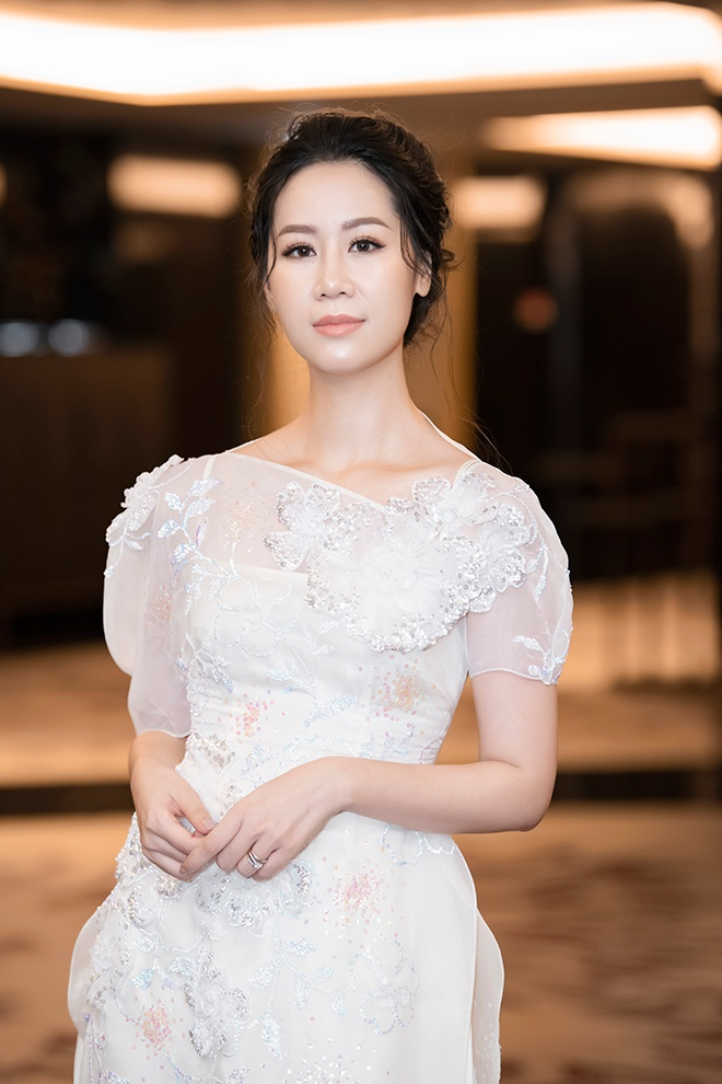 Dương Thùy Linh chọn đầm trắng tao nhã