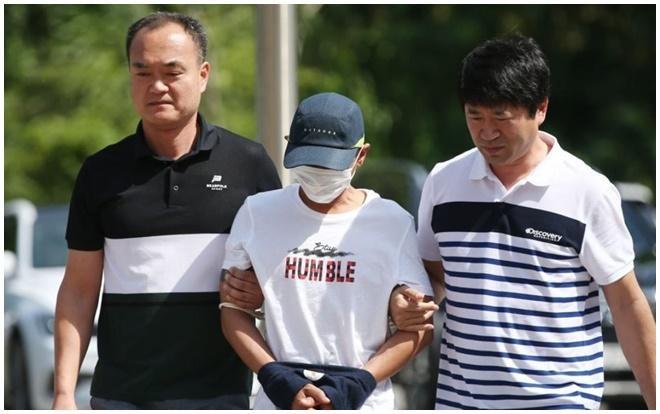 Nghi phạm Hàn Quốc bị áp giải tới tòa án quận Gwangju hôm 8/7 để nhận quyết định tạm giam chờ điều tra. Ảnh: Yonhap