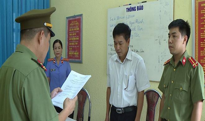 Cơ quan chức năng tống đạt quyết định khởi tố bị can Trần Xuân Yến, Phó giám đốc Sở GD-ĐT tỉnh Sơn La. Ảnh: báo Thanh Niên.