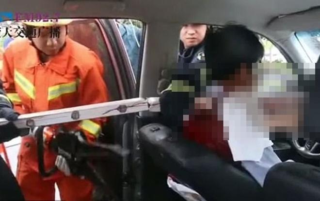 Người tài xế ngồi bất động trong xe vì bị thanh sắt dài 1 mét đâm xuyên cổ.