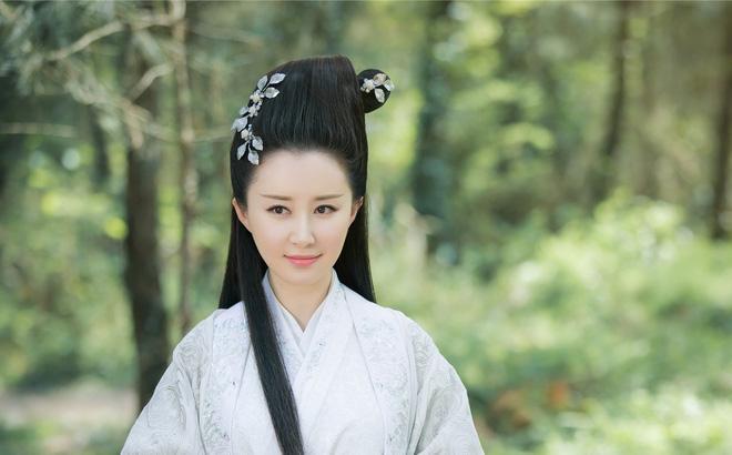 Thư Sướng được biết đến qua những vai diễn phim cổ trang, kiếm hiệp, cô gây ấn tượng với nét đẹp hiền diệu và thơ ngây