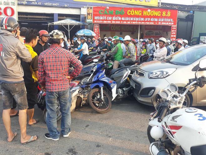 Ô tô 4 chỗ bất ngờ tông hàng loạt xe máy dừng đèn đỏ trên đường ở TP.HCM. Ảnh: Tổ Quốc