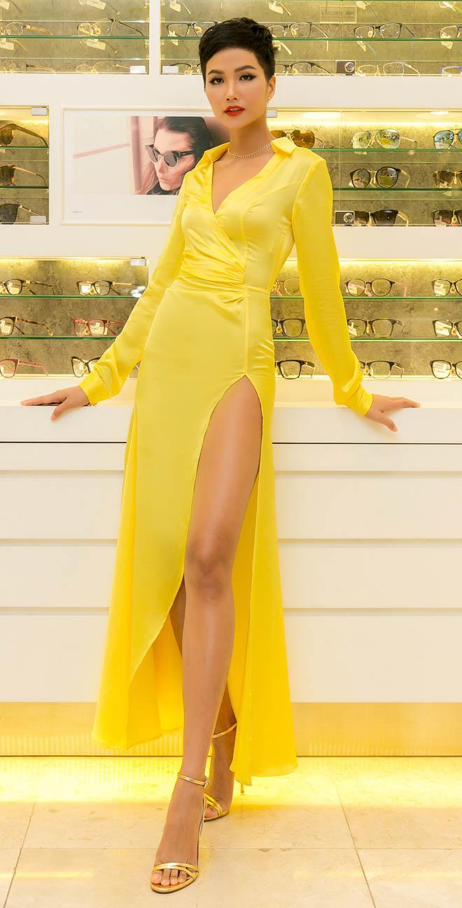 Chiếc váy tưởng chừng đơn giản với cổ Đức bẻ, đường đắp chéo ngực nhẹ nhàng nhưng lại cực kỳ lợi hại với đường xẻ sâu cao ngút ngàn.