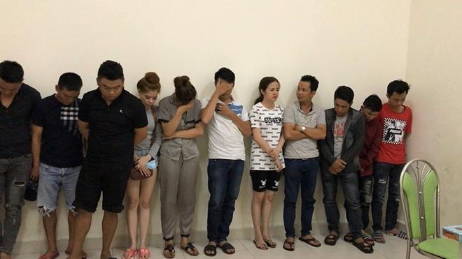 """Đột kích quán karaoke """"chỉ tiếp khách quen"""" ở Sài Gòn, phát hiện nhiều dân chơi phê ma túy. (Ảnh: CAND)."""