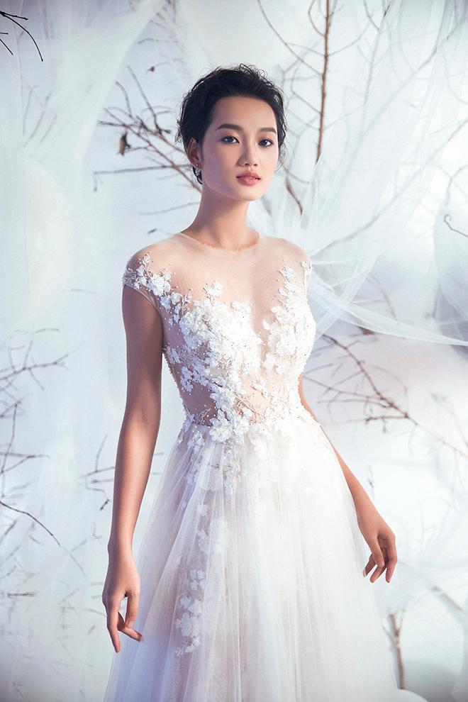 Váy ren đính ngực khéo léo để tôn vẻ gợi cảm nhưng vẫn kín đáo cho nàng dâu