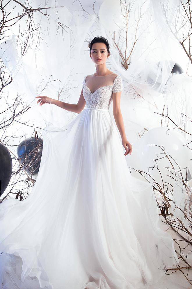Thiết kế cúp ngực hình tim với phần thân trên đính kim sa lấp lánh khiến nàng dâu tỏa sáng
