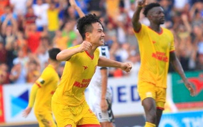 Nam Định vượt qua Thanh Hóa trong trận cầu mưa bàn thắng tại Thiên Trường.