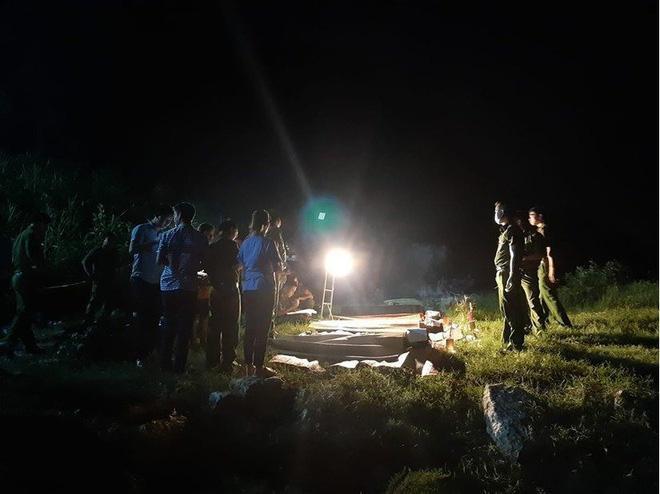 Lực lượng chức năng trục vớt thi thể các nạn nhân. Ảnh: báo Dân Việt