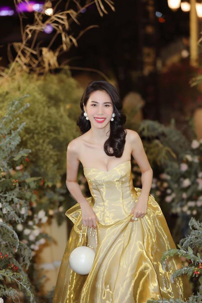 Thời gian gần đây, Thủy Tiên đã quay trở lại showbiz, cô chăm chỉ dự sự kiện và xuất hiện trên thảm đỏ với loạt váy áo tuy đơn giản nhưng cực ấn tượng.