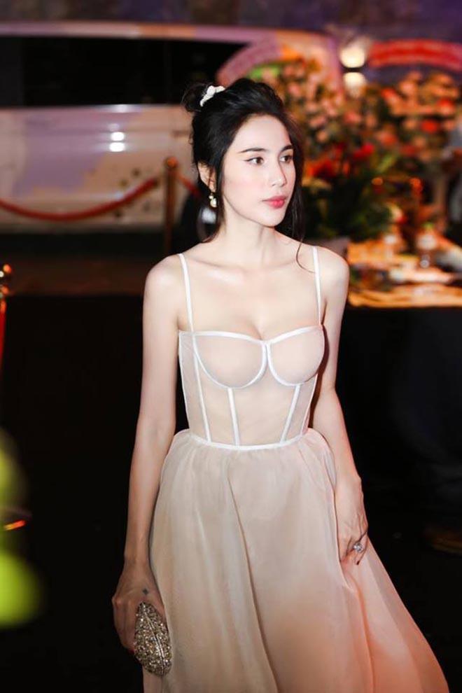 Các thiết kế hai dây, cúp ngực tôn lên vòng 1 đầy đặn rất được nàng yêu thích.