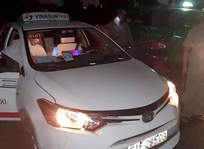 Tài xế taxi Vinasun đạp cửa bỏ chạy khi bị cướp khống chế ở Long An. (Ảnh: Zing.vn).