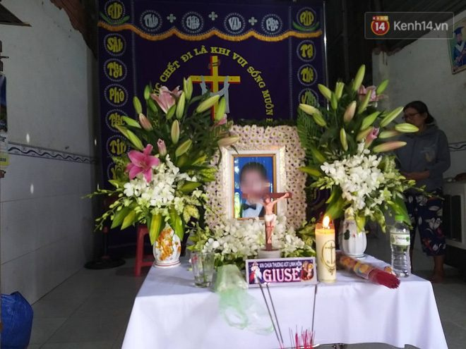 Gia đình nén nỗi đau, tổ chức tang lễ cho bé trai xấu số. Ảnh: báo Tri Thức Trẻ.