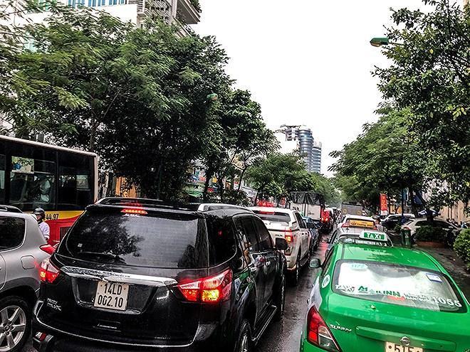 Giao thông trên phố Lý Thường Kiệt đoạn ngã tư với phố Phan Bội Châu tạm thời tê liệt bởi điểm ngập quá sâu… Ảnh: ANTĐ.