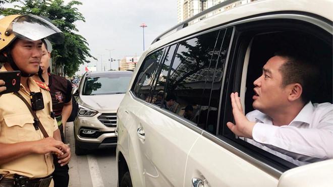 Chủ xe Mercedes bị phạt 700.000 đồng. (Ảnh: Zing.vn).