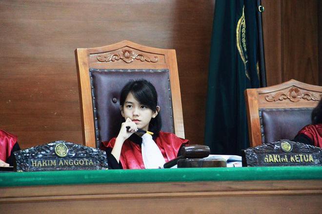"""""""Nữ thẩm phán"""" trẻ tuổi gây chú ý với gương mặt xinh đẹp."""