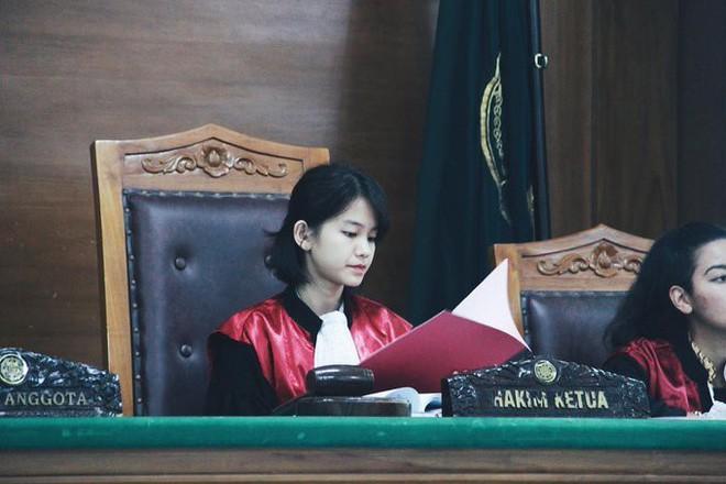 Dù là chụp lén nhưng góc chụp nào của nữ thẩm phán cũng toát lên thần thái xinh đẹp, sang trọng.