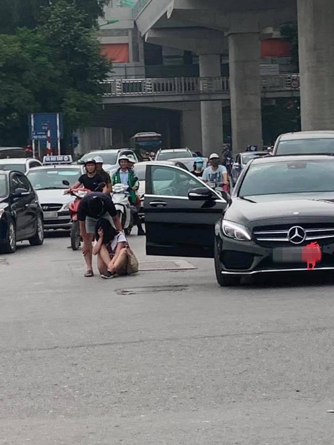 Cô gái giận dỗi và ra giữa đường khóc lóc, gây khó khăn cho các phương tiện đang lưu thông.