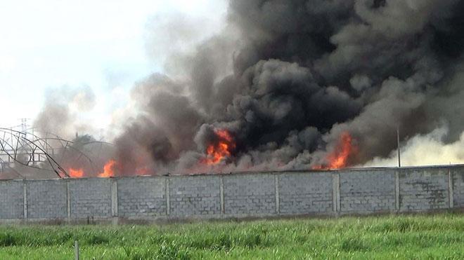 Kho chứa nệm mút ở ngoại ô Sài Gòn bốc cháy dữ dội. Ảnh: Dân Việt
