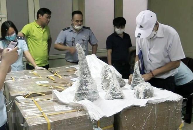 Hơn 125kg sừng tê giác giấu trong khối thạch cao bị bắt giữ tại sân bay Nội Bài. Ảnh: TTXVN