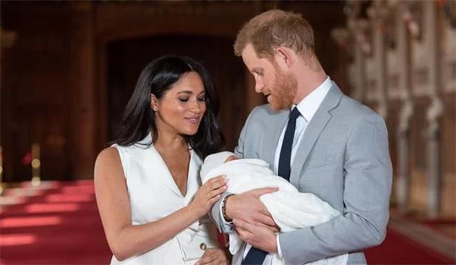 Còn Meghan vừa mới hạ sinh một thiên thần nhỏ – bé Archie.